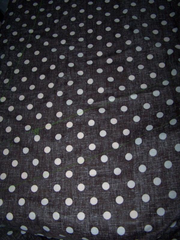 Tissu brun sur la table de coupe